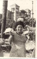 SEVILLE  FEMME  4 COLOMBES POSEES SUR ELLE    FOTO PARQUE M . LUISA JUILLET 1956  SEVILLE  8,5x13,5cm - Lieux