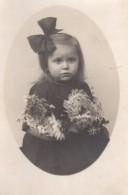Carte Photo Originale Enfant - Fillette, Noeud & Robe Noire Avec Chrysanthèmes - Personnes Anonymes
