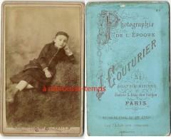 CDV Fillette En Studio Mais Sur Un Talus D'herbe-photographie De L'époque J. Couturier Paris Entrée 1 Rue Des Vosges - Photographs