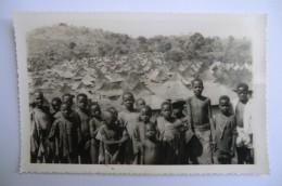 CPA AFRIQUE.groupe D Enfants Noirs Devant Village. - Non Classés
