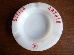 CENDRIER -    STELLA ARTOIS -    Blanc Lettres Rouges ,  Rond, Diamètre 15 Cm, Ht: 2,8 Cm, Céramique - Cendriers