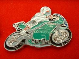 Pin´s MOTO APRILLA VERTE - VILLE DE LOUVRES - Motorbikes