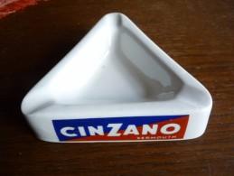 CENDRIER  -- CINZANO  Vermouth --    Triangulaire , Côté 14 Cm, Ht: 3,8cm, Céramique - Cendriers