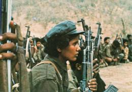 CARTE POSTALE MODERNE.MILITARIA. OMAN.AU DHOFAR,LES COMBATTANTS DU FRONT POPULAIRE EN LUTTE CONTRE L'INVASION IRANIENNE - Oman
