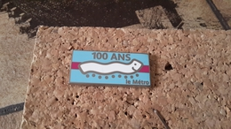 1 PINS 100 DU METRO BLEU CIEL ARTHUS BERTRAND - Pin's & Anstecknadeln