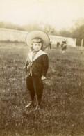 France Jeune Garcon Beau Chapeau Dans Un Champ Ancienne Photo 1890 - Photos
