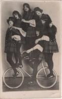 Carte Photo 6 Filles Sur Un Vélo ! - Cirque