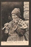 Fumeuse De Pipe - TYPES BRETONS - Femme Allumant Sa Pipe ( Philatélie:cachet & Belle Flamme De La Poste Aérienne )
