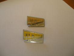 2 Pin's LA POSTE Coups D E Tampon Ambulants - Mail Services