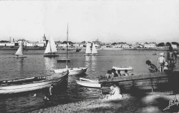 SAINT-GILLES-SUR-VIE - L'ARRIERE-PORT - PROMENADE DES VOILIERS - TRES ANIMEE - VERS 1960 - Saint Gilles Croix De Vie