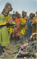 NOUVELLE-CALEDONIE - FEMMES INDIGENES PREPARANT UN BOUNIA A CUIRE, Old Postcard - New Caledonia