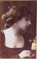 Cpa  Photo JOLIE JEUNE FEMME De PROFIL , Oranotypie , YOUNG WOMAN PORTRAIT   Recto  Verso  Prix Fixe - Femmes
