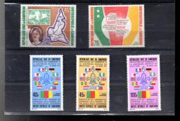 CAMEROUN A 215/216 + A 217/219**  SUR L ANNIVERSAIRE DE LA REPUBLIQUE ET LE SCOUTISME