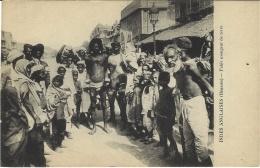 INDES ANGLAISES (Bénarès) - Un Fakir Mangeur De Terre - EARTH EATER - SORCIER - SORCERER - WIZARD - Inde