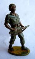 Figurine Guilbert ARMEE MODERNE SOLDAT FUSIL DEVANT A LA CEINTURE 1 60's Pas Starlux Clairet Cyrnos, - Starlux