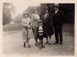 Photo Originale Famille Au Parc Vers 1920/30 - Mode Vestimentaire Chic - Chapeaux Feutres - Personnes Anonymes
