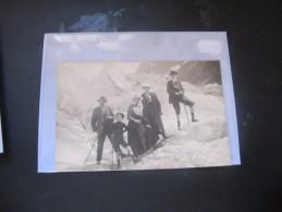 CARTE PHOTO SUISSE OU MER DE GLACE A CHAMONIX GROUPE FAMILLE EN COSTUME SUR LA GLACE NON LOCALISE ?? ANIMEE .... - Chamonix-Mont-Blanc