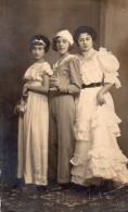 Carte Photo (à Identifier) 3 Jeunes Filles Au Bal Costumé (prénoms, âges Au Verso) - A Identifier