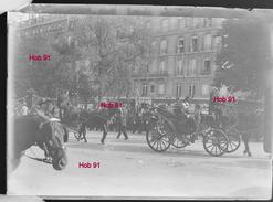 Photographie - Plaque De Verre - Paris, 1900, Rue Animée (voitures à Cheval + Défilé) (B 513-1, Lot 6) - Glasdias