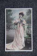 Femme à La Longue Robe Rose - Femmes