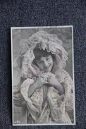 Jeune Fille à La Robe De Chambre - Femmes