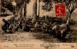 GUERRE 1914..EN ROUTE POUR LE FRONT..SOLDATS FRANCAIS AU REPOS . ..CPA ANIMEE - War 1914-18
