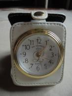"""Ancien Réveil De Voyage Publicitaire """"Un Moment Avec L"""" Quartz - Advertisement Watches"""
