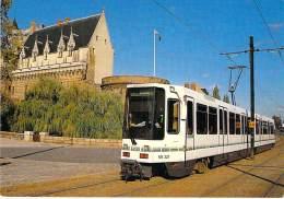 TRAMWAY France NANTES ( Ligne BEAUJOIRE BELLEVUE ) Le Tramway  Devant Le Chateau Des Ducs De Bretagne ( Train Zug  ) - Tranvía