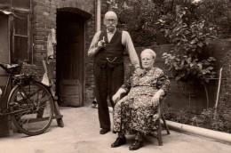 Photo Originale Vieux & Vieille - Portrait D'un Couple D'anciens Dans Leur Cour Avec Vélo & Pipe - Personnes Anonymes