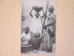 AFRIQUE OCCIDENTALE . PILEUSE DE COUSCOUS . TIMBRE GUINEE - Guinée