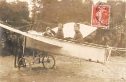 CARTE PHOTO : MAILLY-LE-CAMP 2 MILITAIRES SUR UN AEROPLANE AVIATEUR AVIATION GUERRE 10 AUBE - Mailly-le-Camp