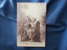 St Amand Mont Rond Fileuse, Avec Son Rouet Et Sa Quenouille - Ed. Syndicat D'Initiative - Photo Page - L278A - Saint-Amand-Montrond