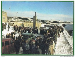 Falkland Islands - War Memorial - Stanley - Old Cars Voitures ( 2 Scans) - Falkland Islands