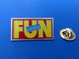 Pin's Radio Fun - Logo 1.6 X 3.1 Cm - Démons Et Merveilles (RD69) - Medien