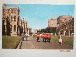 Postcard Grenadier Guards Passing St George's Chapel At Windsor Castle My Ref B1163 - Windsor Castle