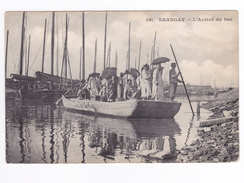 Chine Shangay N°591 L'Arrivée Du BAC Très Chargé Personnages Parapluie DOS Non Séparé Avant 1905 - Chine