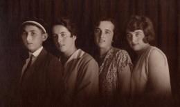 Carte Photo Originale Famille -Portrait De 3 Grandes Soeurs Et Un Petit Frère En Studio - Personnes Anonymes