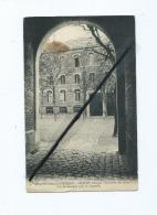 CPA  Souple, Abîmée -  Institution St Charles -  Chauny  (Aisne) - Le Préau Des Latins -Vu Du Passage Sous La Chapelle - Chauny