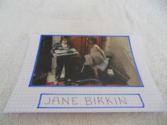 AUTOGRAPHE DÉDICACÉ DE JANE BIRKIN SUR COUPURE DE PRESSE COLLÉE SUR CARTON BRISTOL (15 X 21 Cm) (Voir Description) - Autographs