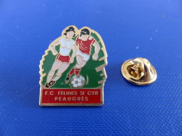 Pin´s Foot Football Féminin - FC Félines St Cyr Peaugres - Equipe Féminine - Femme - Footballeuse (PA11) - Football