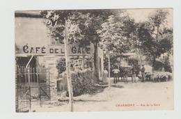 CPA:PERSONNES AU CAFÉ DE LA GARE RUE DE LA GARE CHARMONT.. ÉCRITE - Cafés