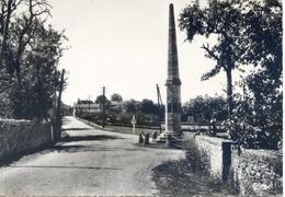 (46) LIVERNON (Lot)  L'entrée Du Bourg Et Le Monument Aux Morts - Livernon