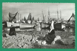 CPSM FINISTERE 20 – LESCONIL, Bigoudènes Et Bateaux De Pêche - Lesconil