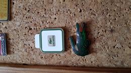 2 Pins Parfum Lacoste - Pin's & Anstecknadeln