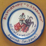 Piatto Buon Ricordo - Agropoli - U Saracino - Polipitielli E Piselli - M 1978 - Oggetti 'Ricordo Di'