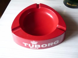 CENDRIER DE COMPTOIR - TUBORG BEER --  Rouge , Triangulaire, Côté 22 Cm , Ht: 5 Cm, Plastique Serenari - Cendriers