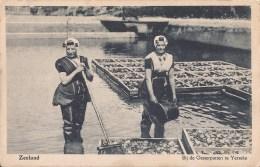 ZEELAND YERSEKE 1929  BIJ DE OESTERPUTTEN - OESTERS HUITRES VISSERIJ ARBEIDERS IN KLEDERDRACHT - 2 SCANS - Yerseke