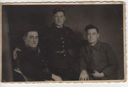 MILITARIA - CARTE PHOTO - 1942 - STALAG CAMP DE PRISONNIER DE GUERRE ALLEMAND - 3 SOUS OFFICIERS - Weltkrieg 1939-45