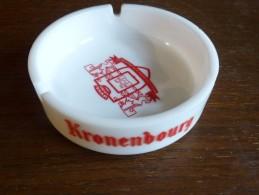 CENDRIER - KRONENBOURG --    Blanc, Rond, Diàmètre 13 Cm, Ht: 4 Cm, Opalex - Cendriers