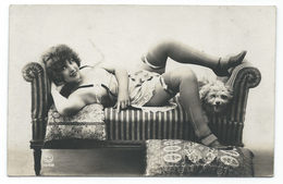 DC054 Carte Photo Card RPPC Vintage Nue Femme érotisme Nude Risque Vers 1900 Chien Dog - Weiblicher Akt (1941-1960)